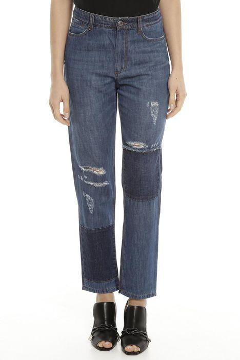 Jeans con toppe e strappi