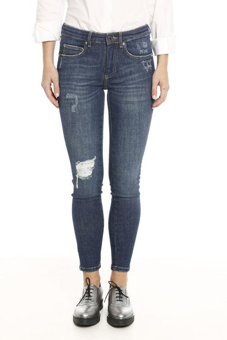 Jeans aderenti con strappo Intrend