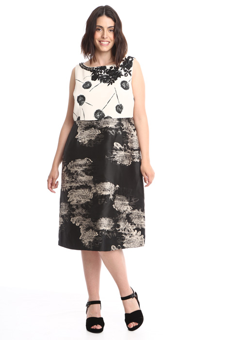 Semi-fitted patterned dress Intrend