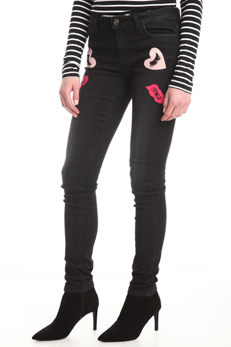 Jeans con applicazioni patch Intrend