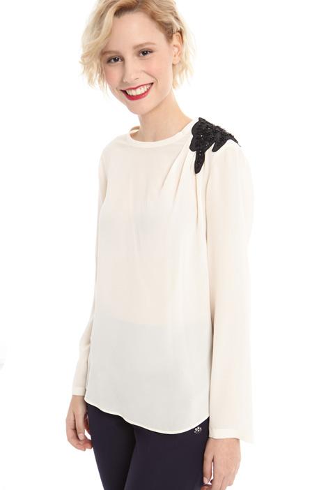 Blusa in seta con applicazione Diffusione Tessile