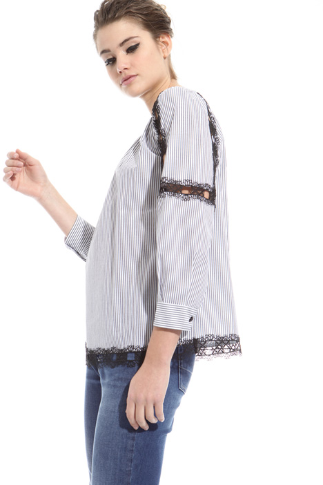 Macramé edge blouse Intrend