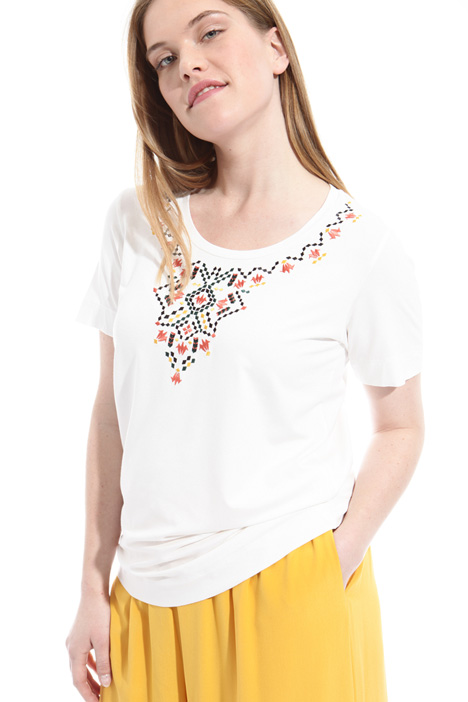 T-shirt con ricamo multicolor Intrend
