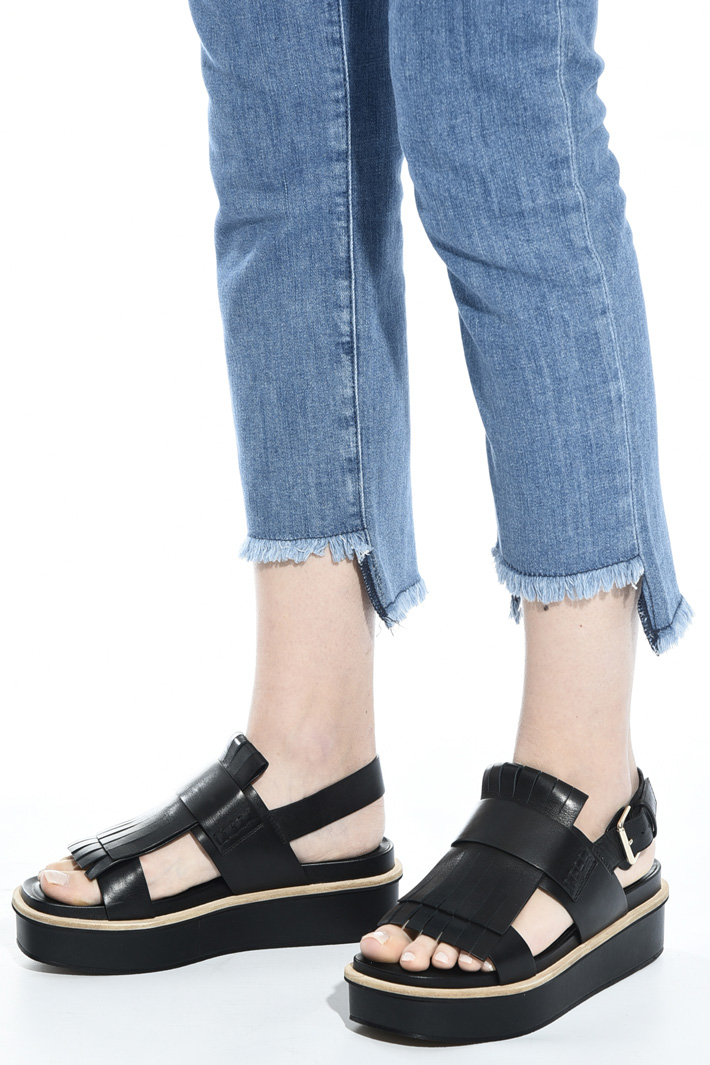 Platform sandal with fringe  Intrend