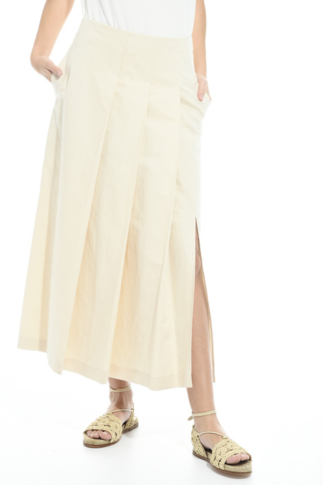 Pleated skirt with slit Intrend