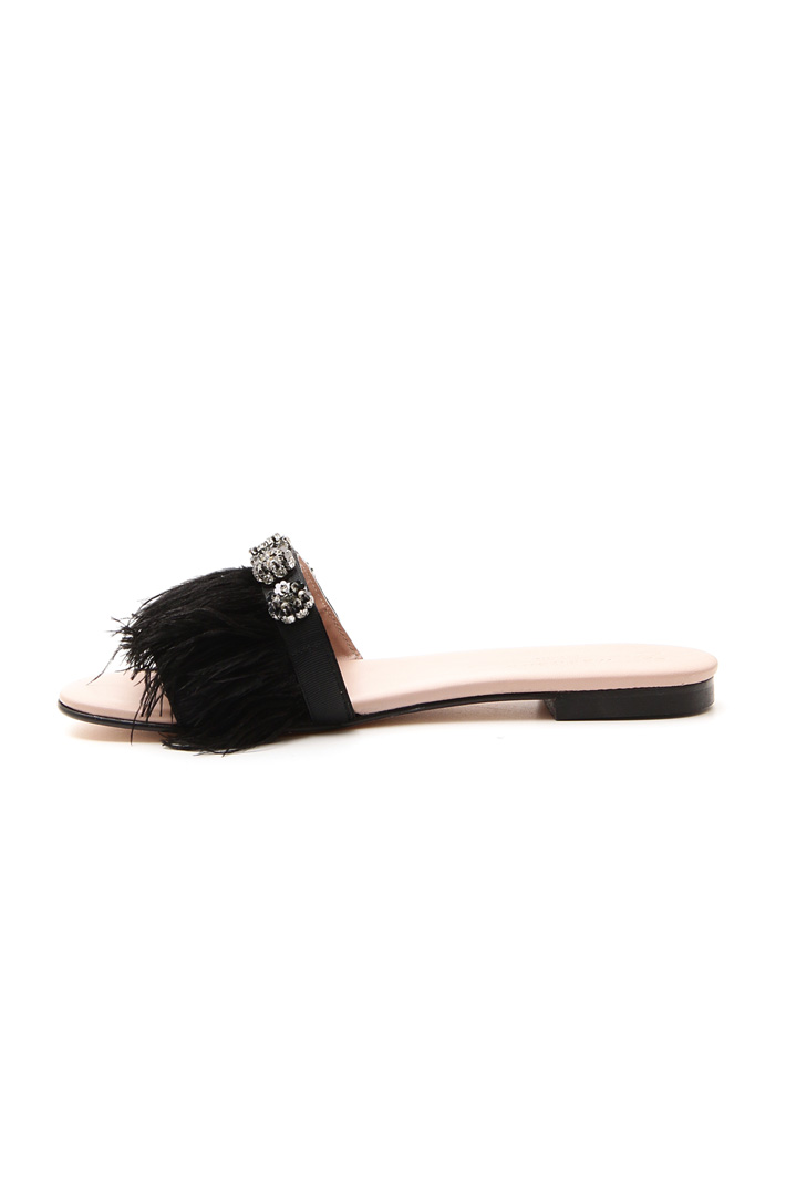 Sandalo flat con piume Intrend