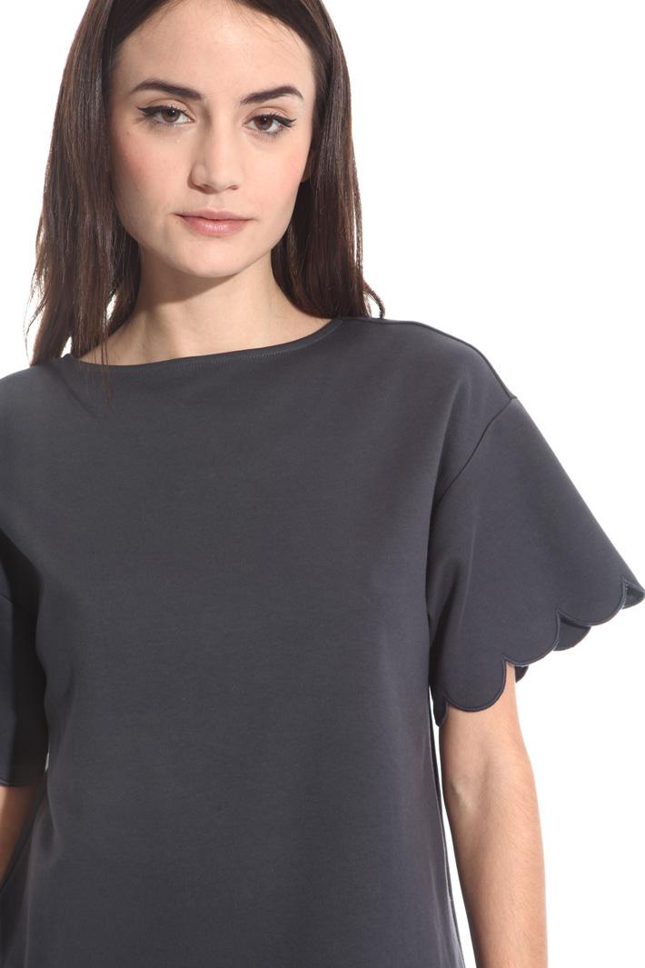 T-shirt con bordi smerlati Intrend