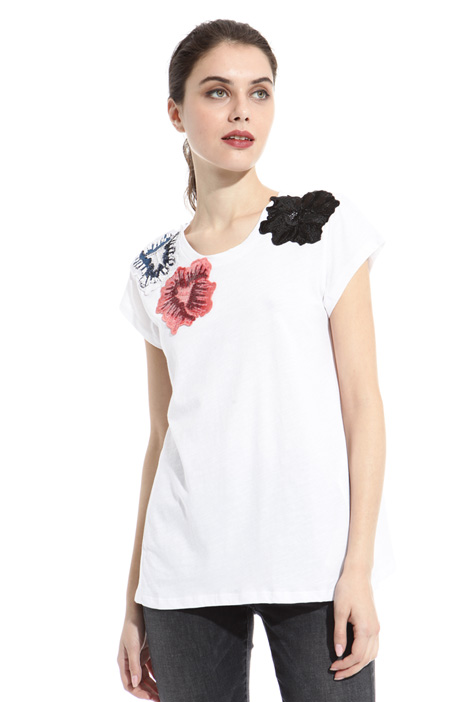 T-shirt con patch floreali Intrend