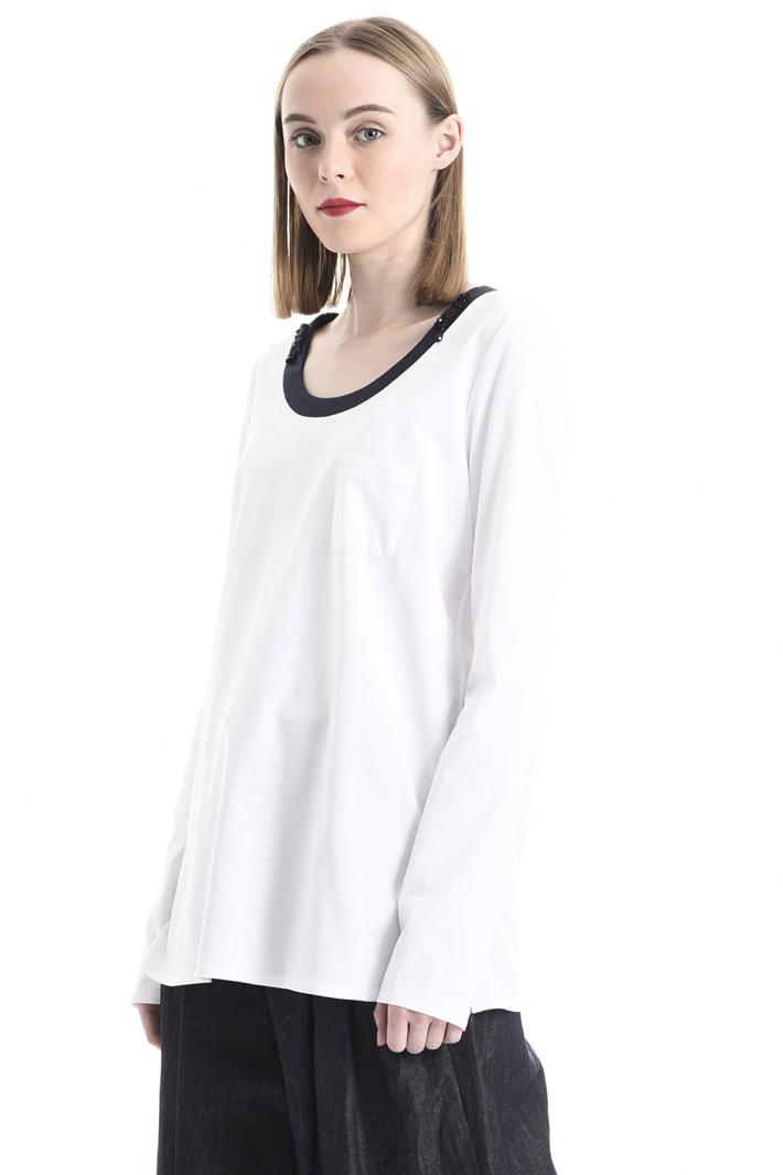 T-shirt con ricami al collo Intrend
