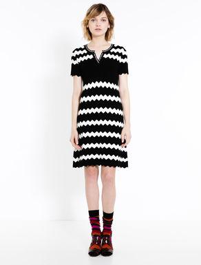 Kleid in Maschenware mit Chevron-Motiv