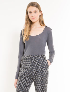 Ultra-light wool jumper with toggles