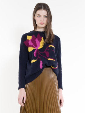Fluffy sweater with floral inlay