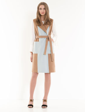 Sleeveless colour-block coat