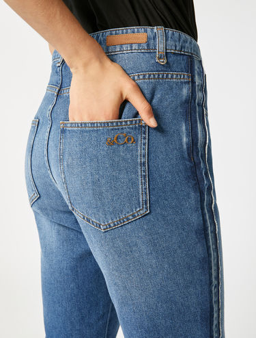Boyfriend jeans con bande laterali