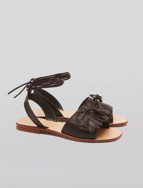 Flat sandals with fringe