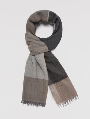Creased block color scarf