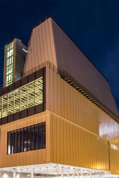 夜のホイットニー美術館<br> クレジット:カリン・ジョブスト-ホイットニー美術館の許可により転載